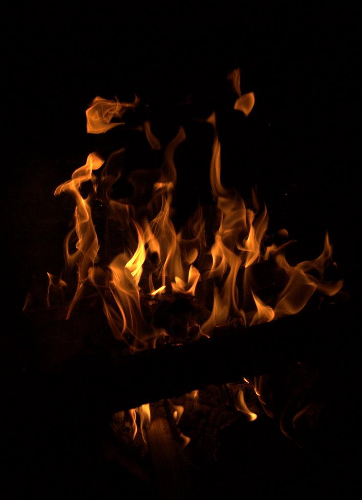 Eld som Örjan och Sara gjort upp