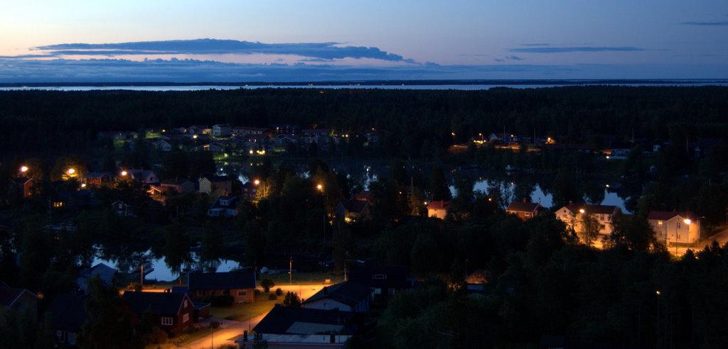 Vy från Ombergstornet, Holmsund vid ett på natten
